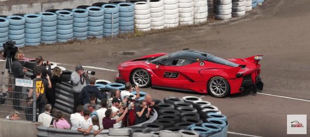 Ferrari FXX K på vej i Pit ved mennesker