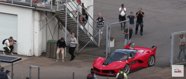 Ferrari FXX K på vej ind på baneområdet. FXXK, FXX-K.